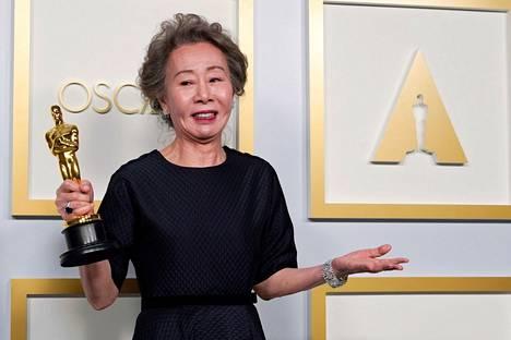 Yuh-Jung Youn palkittiin Oscarilla isoäidin roolistaan Minari-elokuvassa.