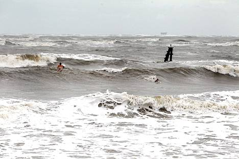 Aallot olivat jo perjantaina kovat, mutta muutama surffasivat silti aallokossa Louisianasas.