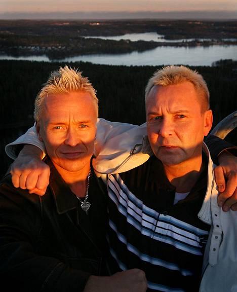 Toimittaja Kai Merilä (vas.) ja mäkihyppääjä Matti Nykänen Laajavuoren mäen huipulla tammikuussa 2007.