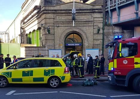 Pelastustyöntekijöitä Parsons Greenin metroasemalla Lontoossa 15. syyskuuta.