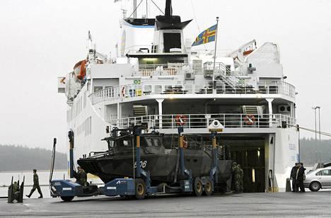 Ruotsin merivoimien taistelualuksia laivattiin Naantalin satamassa Ahvenanmaalaiseen autolauttaan vuonna 2006.