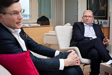 Teknologiateollisuuden toimitusjohtaja Jaakko Hirvola (vas) ja Teollisuusliiton puheenjohtaja Riku Aalto Aallon työhuoneessa Hakaniemessä.