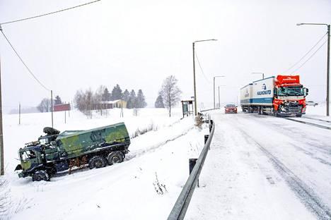 Hollolassa tapahtui usean ajoneuvon liikenneonnettomuus. Hämeen poliisin mukaan kolarissa oli mukana täysperävaunurekka, linja-auto, kaksi Puolustusvoimien autoa ja kaksi henkilöautoa.