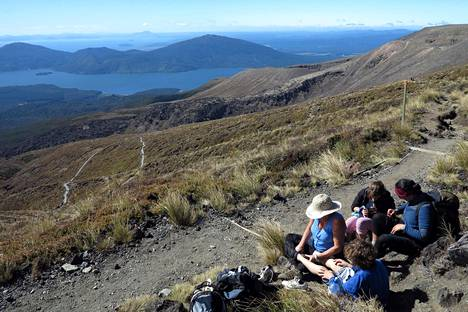 Reppumatkailijat pitivät taukoa kukkulan huipulla Tongariron kansallispuistossa, Uudessa-Seelannissa elokuussa 2012.