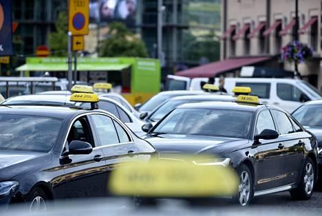 Kela-kyydeissä liikkuvat isot rahat. Esimerkiksi Uudellamaalla hankinnan arvo on lähes 150 miljoonaa euroa. Kuvassa takseja Helsingin Rautatieasemalla kesäkuussa 2018.