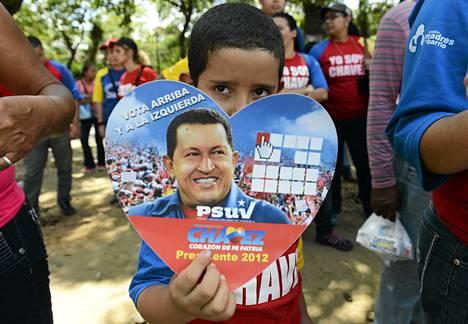 Pieni poika toivotti presidentti Hugo Chavezille paranemista Caracasin sotilassairaalan edustalla helmikuun lopulla.