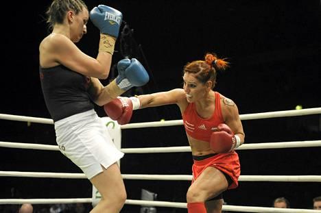 Eva Wahlström (oik.) ja Unkarin Agota Ilko iskevät Boxing Night ammattinyrkkeilyillan naisten avoimen ylemmän höyhensarjan EM-titteliottelussa Espoossa.