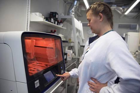 Neea Liljestrand käyttää Huslab-laboratorion geenimonistuskonetta Meilahden sairaalassa.