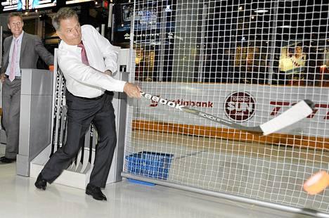 Sauli Niinistö laukoi kiekkoja tutustuessaan Hockey Hall of Fame -museoon Kanadan Torontossa perjantaina.