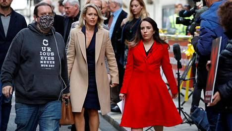 Julian Assangen puoliso Stella Moris (oik.) sekä Assangen juristi Jennifer Robinson lontoolaisen tuomioistuimen edessä viime torstaina.