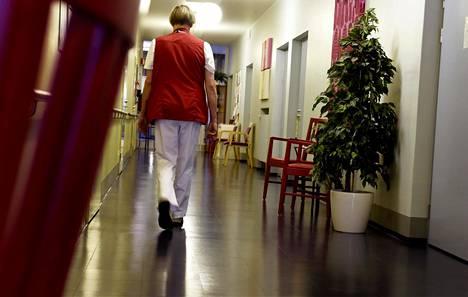 Hoitaja käveli tammikuussa hoiva- ja terveyspalveluyhtiö Esperi Caren hoivakoti Tilkantähden käytävällä Helsingissä.