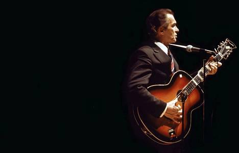 Tapio Rautavaara ihaili Johnny Cashia ja levyttikin muutamia Cashin tunnetuksi tekemiä kappaleita.
