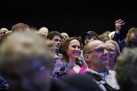 Aino-Kaisa Saarinen hymyili ja nauroi Tahto-näytelmän katsomossa jatkuvasti.
