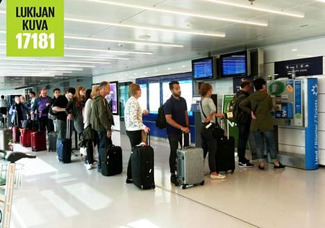 Junalippujen myynti ruuhkautui perjantai-iltana Helsinki-Vantaan lentokentällä.