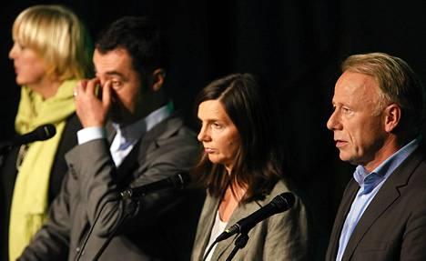 Saksan vihreiden johtajistoon kuuluvat Claudia Roth (vas.), Cem Özdemir, Katrin Göring-Eckart ja Jürgen Trittin kommentoivat vaalituloksia lehdistötilaisuudessa Berliinissä maanantaina.