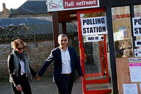 Lontoon uudeksi pormestariksi valittu Sadiq Khan äänesti juristivaimonsa Saadiyan kanssa Etelä-Lontoossa torstaina. Pormestari antaa miljoonakaupungille kasvot ja päättää isoista linjoista.