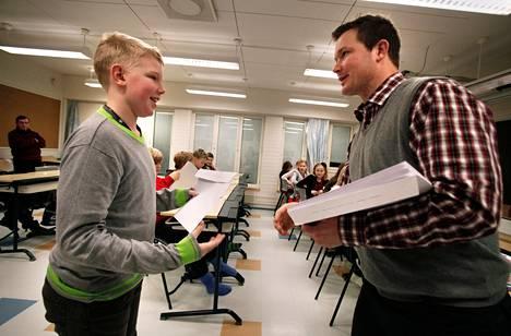 Neljäsluokkalainen Mikael lairolahti sai perjantaina ensimmäisen numerotodistuksensa opettajaltaan Markku Yli-Alholta.