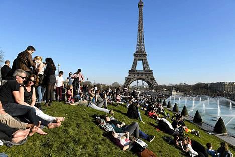 Sunnuntaina vietettiin Pariisissa historian lämpimintä maaliskuun 9. päivää. Edellinen ennätys oli vuodelta 1880. Silloin ei kuvassa näkyvää Eiffel-torniakaan vielä ollut rakennettu.