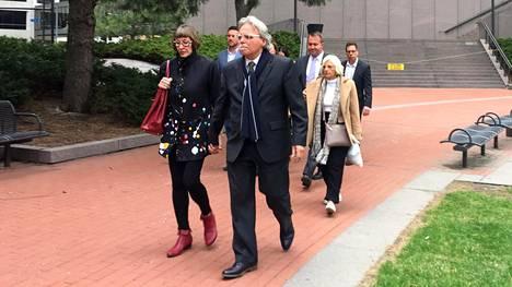 Ammutun Justine Damondin isä John Ruszczyk ja muut läheiset poistuivat oikeustalolta maanantaina, kun oikeudenkäynti oli vielä kesken. Perhe kertoo olevansa tyytyväinen tuomioon, mutta kokee, että poliisin sisällä vastustettiin asioiden etenemistä.