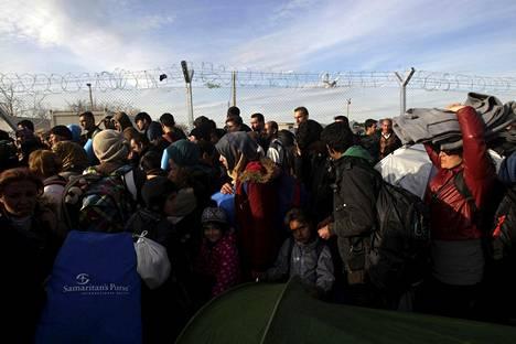 Rajanylityksiä on rajoitettu voimakkaasti kahden viime viikon ajan Balkanin maissa ja Itävallassa, mikä on jättänyt yli 10000 tulijaa jumiin Kreikan ja Makedonian rajalle.