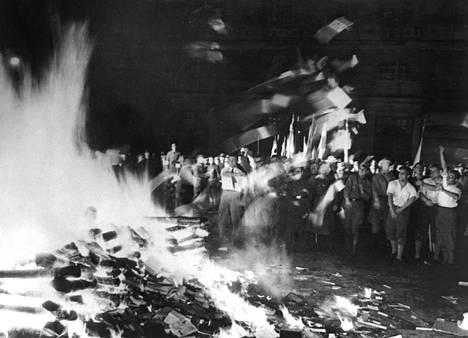 Deutsche Studentenschaftin organisoima kirjarovio roihusi 10. toukokuuta 1933 Berliinin Opernplatzilla.