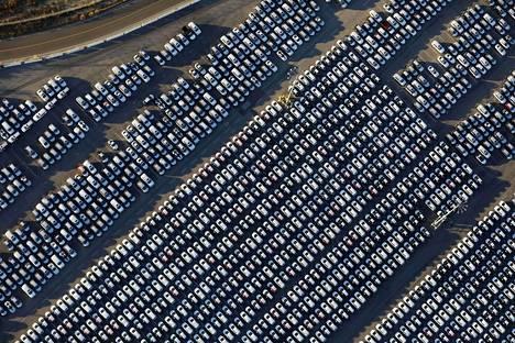 Ulkomailta tuotuja autoja satamassa Los Angelesissa Yhdysvalloissa. Kansainvälisen valuuttarahaston mukaan tuontitullit rajoittavat maailmantalouden kasvua. Yhdysvaltojen presidentti Donald Trump on halunnut asettaa tulleja muun muassa ajoneuvoille.