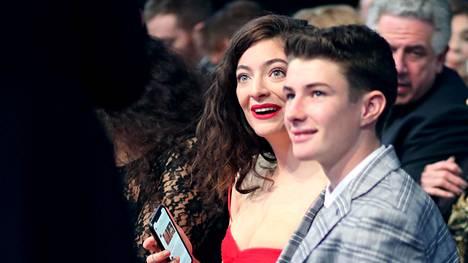 Lorde istui Grammy-palkintogaalan yleisössä veljensä Angelo Yelich-O'Connorin seurassa.