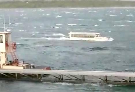 Kuvakaappaus sosiaalisessa mediassa olleesta videosta, jossa näkyy turmavene.