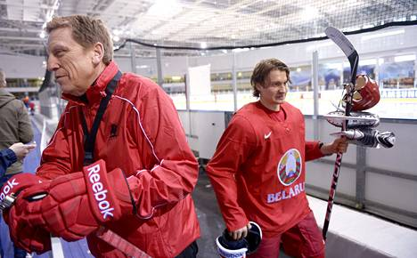 Valko-Venäjän päävalmentaja Glen Hanlon (vas.) ja tähtipelaaja Mihail Grabovski poistuivat viimeistelyharjoituksista.