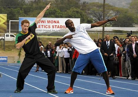 Prinssi Harry ja Usain Bolt ottivat pikajuoksijan tavaramerkiksi muodostuneen asennon poseeratessaan kuvaajille.