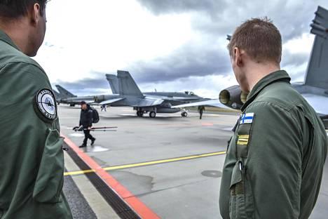 Suomalaiset harjoittelivat eksyneen lentokoneen saattamista kansainvälisestä ilmatilasta ja luovuttamista Belgian hävittäjille, sekä ilmataistelua Puolan hävittäjien kanssa.