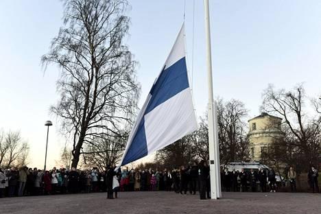 Itsenäisyyspäivän vietto alkaa Helsingin Tähtitorninmäellä lipunnostolla 6.12. aamulla yhdeksältä. Kuva on viime vuodelta samasta tapahtumasta.
