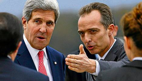 Geneven kantonin protokollapäällikkö Jean-Luc Chopard toivotti Yhdysvaltojen ulkoministerin John Kerryn tervetulleeksi Geneven kansainvälisellä lentokentällä.