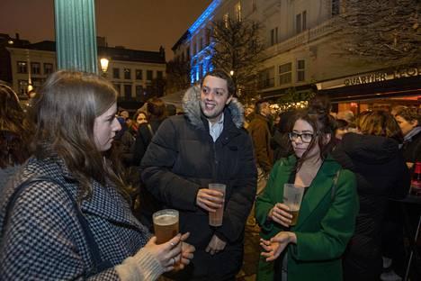 Aine Clarke (vas.), Dominic Whiting ja Kate Byrne pohtivat brexitin vaikutuksia oluella torstaina Brysselin Luxembourgin aukiolla.