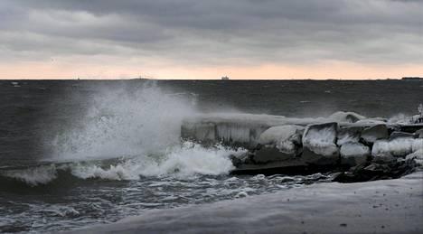Aaltoja Hernesaaren rannassa torstaina 12. tammikuuta. Ilmatieteen laitoksen mukaan myrsky on laantumaan päin.