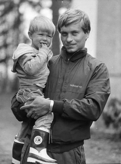 Kesällä 1982 Hagman vietti lomaa Suomessa. Sylissä 2-vuotias Niklas-poika.