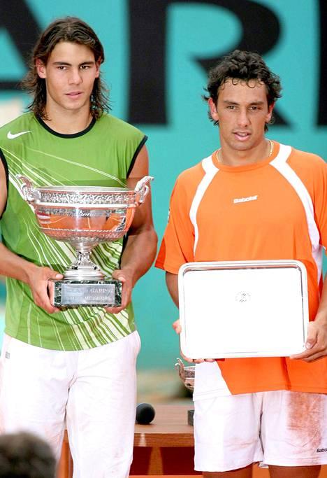 Mariano Puerta (oik.) eteni vuoden 2005 Ranskan avoimissa aina loppuotteluun saakka, jossa hävisi uransa ensimmäisen grand slam -turnauksen voittaneelle Rafael Nadalille. Finaalin jälkeen Puerta jäi kiinni dopingista.