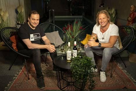 Moisio ja juontaja Sami Kuronen ovat ruotineet sarjan tapahtumia Temptation Island Extrassa jo neljän tuotantokauden ajan.