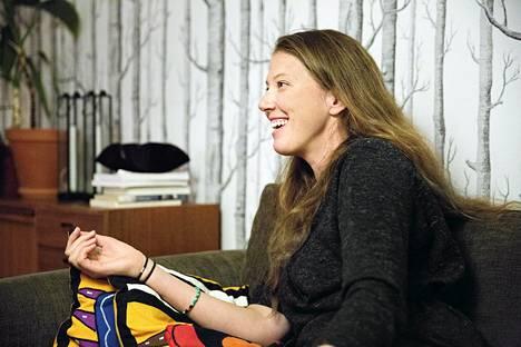 Kymmenisen vuotta Ruotsissa asunut Anni Heikka seuraa edelleen myös Suomen politiikkaa.