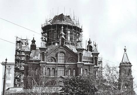 Purkaustyön edistyessä Uspenskin katedraalin pääkupoli on jo kukistunut. Korjaustyöt kestävät ainakin ensi kesään asti.