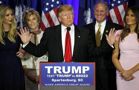 Donald Trump juhli kannattajineen voittoa Etelä-Carolinassa.