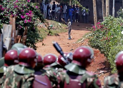 Mellakkapoliisi yritti hajottaa mielenosoittajajoukkoa Kawanwgaren slummissa Nairobissa lauantaina. Presidentti Uhuru Kenyattaa kannattavat kikujut ja Raila Odingan kannattajat ovat ottaneet vaalien aikana yhteen.