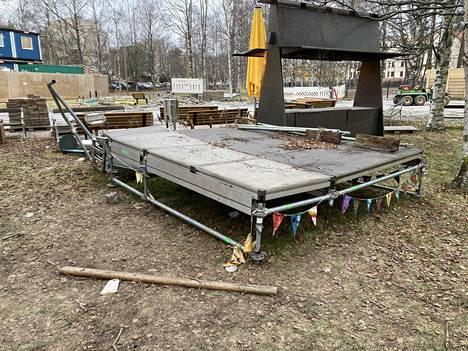 Murhatun teinipojan ruumis löydettiin Koskelantien varrella olevan työmaan takaa esiintymislavan näköisen rakennelman alta.
