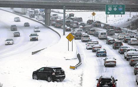 Liikenne eteni hitaasti keskiviikkona moottoritiellä Charlottessa Pohjois-Carolinassa.