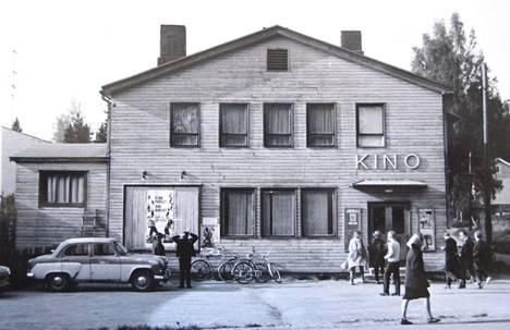 Korson Kino vuonna 1964. Elokuvateatterin rakennus ei ollut näyttävä, mutta saliin mahtui nykyelokuvateatterin verran väkeä, noin 300 ihmistä.