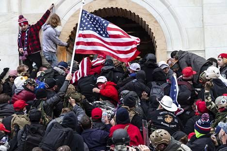 Yhdysvaltain Kongressitaloon tunkeuduttiin keskiviikkona 6. tammikuuta.