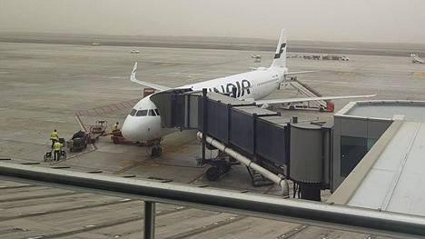 Finnairin matkustajakonetta lastattiin Teneriffan eteläisellä lentokentällä viime sunnuntaina. Tuolloin hiekkamyrsky haittasi lentoliikennnettä.