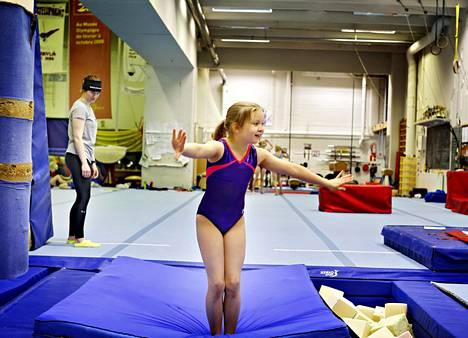 Saippuakuplat-ryhmään kuuluva Alma Isomöttönen, 11, harjoitteli Jyväskylän voimistelijoiden harjoitustilassa Hippoksen monitoimitalon kellarissa. Volttien onnistumista valvoi valmentajan sijainen Henna-Riikka Kivioja.