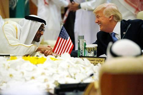 Arabiemiraattien kruununprinssi Mohammed bin Zayed al-Nahayan ja Yhdysvaltain presidentti Donald Trump tapasivat Saudi-Arabiassa toukokuussa 2017.