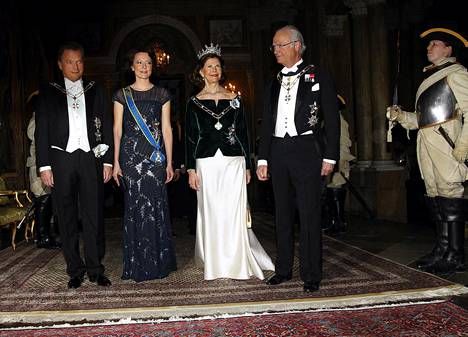 Presidenttipari vierailulla Ruotsin Kuninkaanlinnassa huhtikuussa 2012. Vierailua isännöivät kuningas Kaarle XVI Kustaa ja kuningatar Silvia.